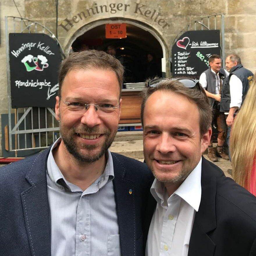 Thomas Nitzsche und Felix von Pierer vor dem Henninger Keller auf der Bergkirchweih